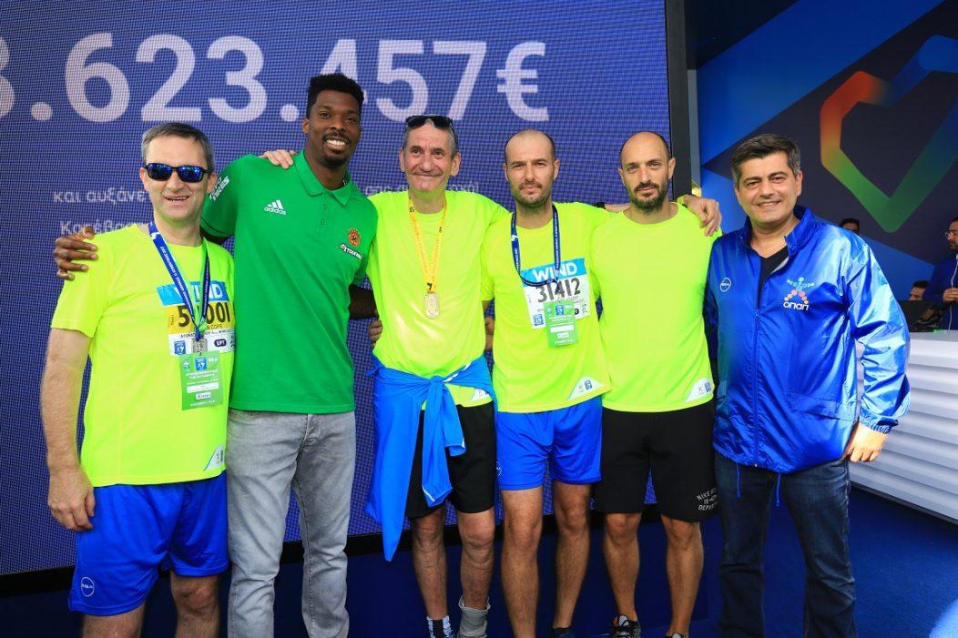 Οι Ντάμιαν Κόουπ, Καμίλ Ζίγκλερ, Πετρ Ματεγιόφσκι, Πάνος Μπόλλας, Οδυσσέας Χριστοφόρου από ΟΠΑΠ με τον μπασκετμπολόστα Κένι Γκάμπριελ.